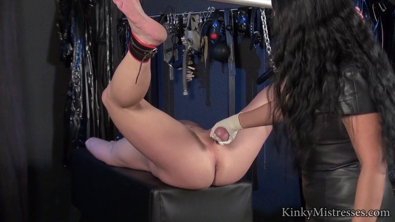 Девушка надевает страпон с анальной пробкой 77