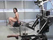 Брюнетка кончает с секс роботом