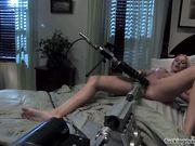 Блондинка с двумя машинами для оргазма