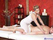Блондинка с тату на плече делает нежный массаж