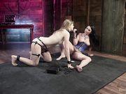 Электросекс и оральные ласки двух лесбиянок