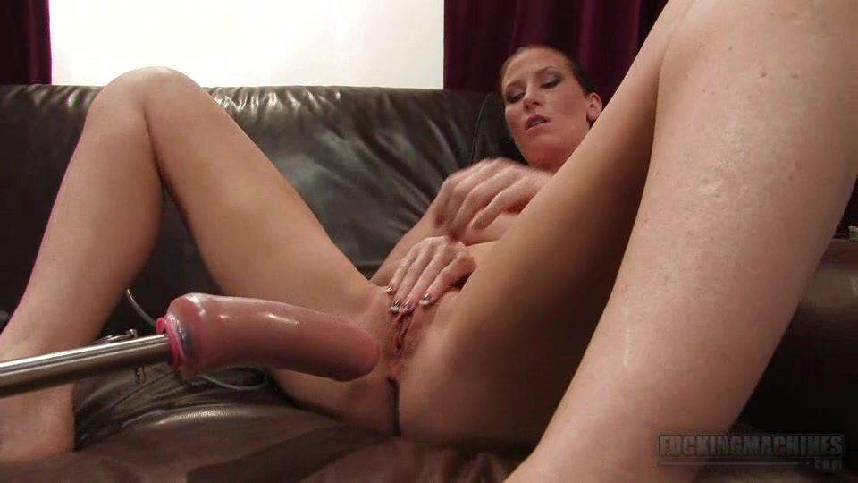 Русское порно брюнетка на шее цепочка на диване трахается под музыку фото 703-463