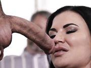 Сквирт брюнетки с большими сиськами от жесткого секса