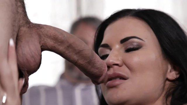 Секс с брюнеткой большие сискм
