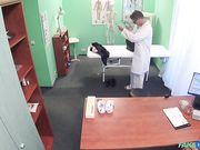 Брюнетка с тату на спине делает минет в кабинете врача