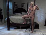 Блондинка с тату на животе мастурбирует с секс машиной