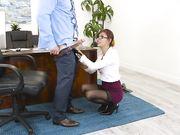 Секретарша делает минет в офисе