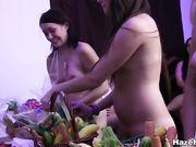 Голые лесбиянки мастурбируют с длинными овощами и фруктами