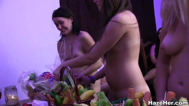 Висячих как молодая девушка мастурбировала овощами смотреть трахает толстушку