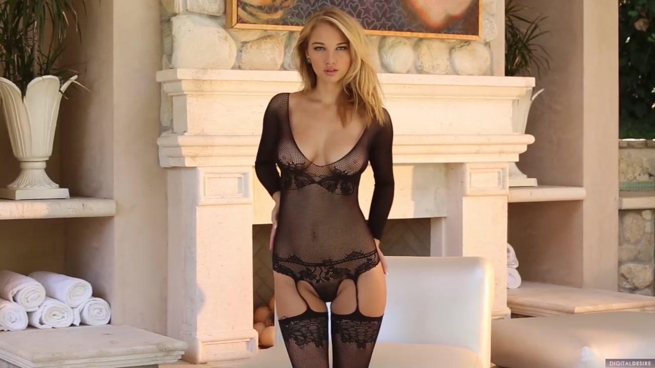 Блондинка мастурбирует возле камина порно