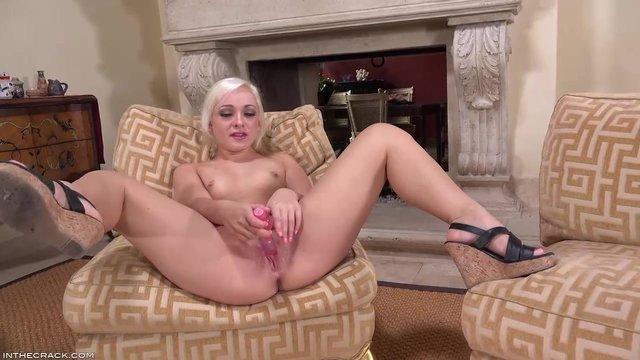 Блондинка мастурбирует в душе видео #9