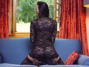 Сексуальная Kira иммитирует минет и делает сексуальные движения