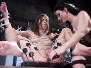 Veruca James и Kacie Castle занимаются электро сексом