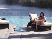Обнаженная девушка мастурбирует и плавает в бассейне