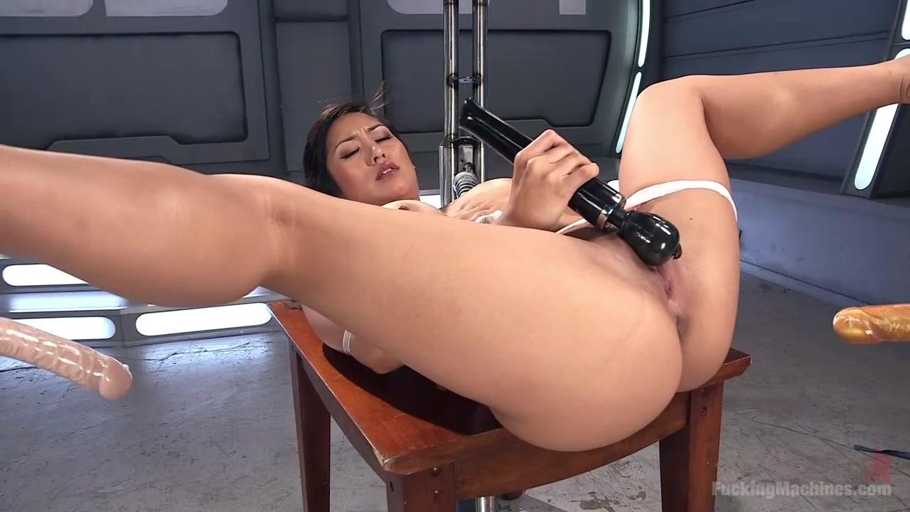 Грюдастая брюнетка лоскает грудь секс машиной