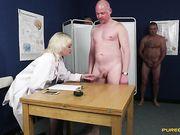 Доктор измеряет члены и берет сперму на анализ