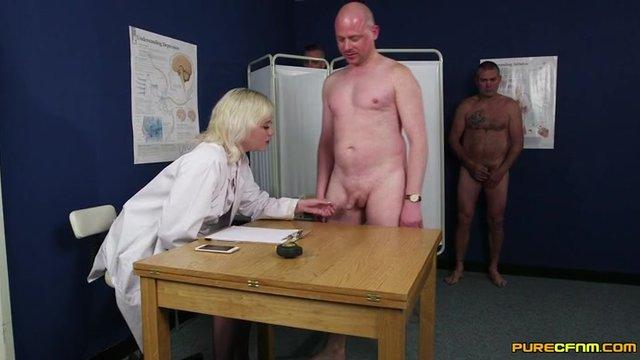 Секс видео доктор начал мерят член