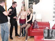 На порно кастинге мужик со своей подружкой трахают молоденькую блондинку