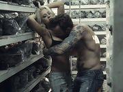 Страстный секс с грудастой блондинкой на складе