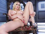 Шикарная блондинка мастурбирует с вибратором на троне