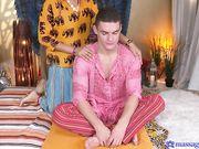Девушка азиатка подарила клиенту массаж члена своим телом