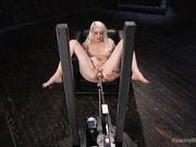 Два искусственных члена и вибратор заставляют блондинку кончить в кресле