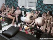 В одной комнате толпа свингеров устроила разврат и оргию