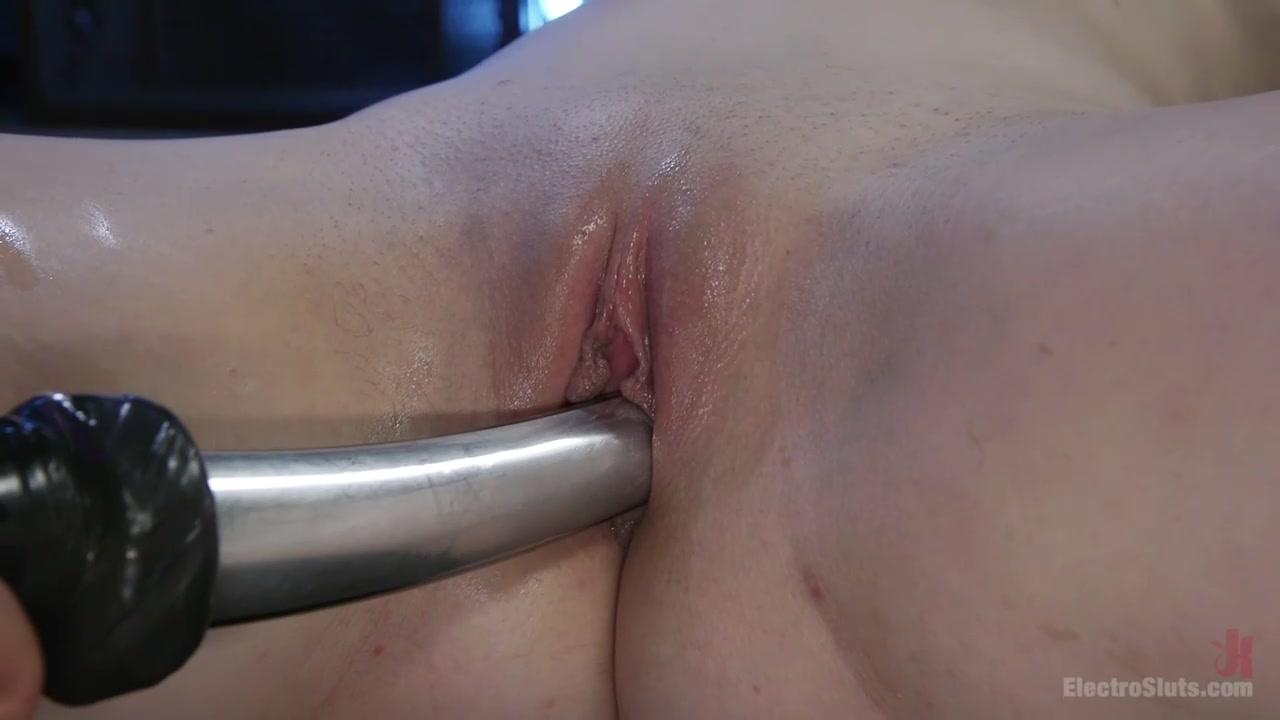 Девушка мучает подругу секс игрушками
