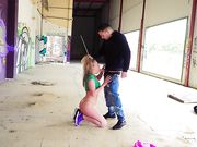 Русская блондинка трахается с парнем в заброшенном здании
