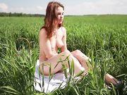 Девушка валяется в траве и болтает в воздухе ножками в туфельках
