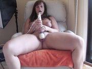 Девушка играет со своей киской при помощи вибратора