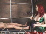 Госпожа воспитывает своего раба при помощи плетке