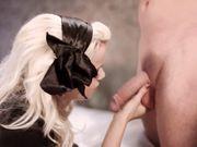 Девка удовлетворяет мужчину орально