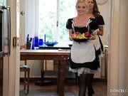 Горничная в чулках после завтрака дает себя трахать страстному господину