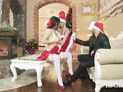Две подруги в новогодних костюмах дарят парню секс втроем под елкой