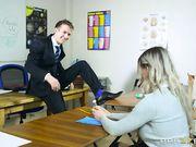 Горячая блонда отсасывает преподавателю член