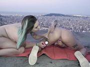 Две подруги всю ночь ласкают друг друга вибраторами на фоне города