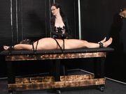 Женщина приковала раба и вставляет в его пенис стальной колышек