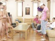 Компания свингеров в доме играют в дартс на сексуальные желания