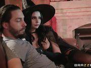 Сексапильная жена в костюме ведьмы изменяет мужу с мистером Иксом на лестнице