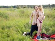 На зеленом лугу двое русских туристов занимаются классическим сексом