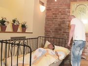 Медсестра сняла штаны и подставила щель для секса у кровати больного