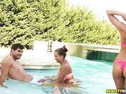 Две молодые свингерские пары устроили жесткую групповуху у бассейна