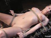 Связанную девицу в комнате пыток затрахали тремя сексуальными игрушками