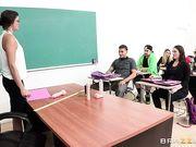 Училка в чулках наглядно показывает студенту в классе, что такое сквиртинг