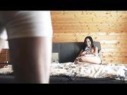 Брюнетка на большой кровати получает красивый секс и яркий оргазм
