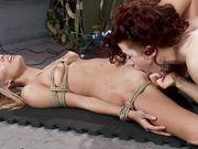 Связанная блондинка принимает от двух лесбиянок разные ласки током