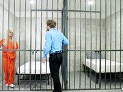 Блондинка в тюрьме занимается сексом с полицейским и принимает его сперму