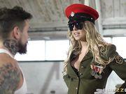 Сисястая блондинка в военной форме смачно трахается с рядовым