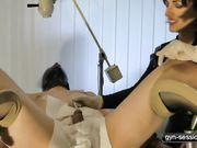 Усадила мужчину в гинекологическое кресло и извращается над его членом